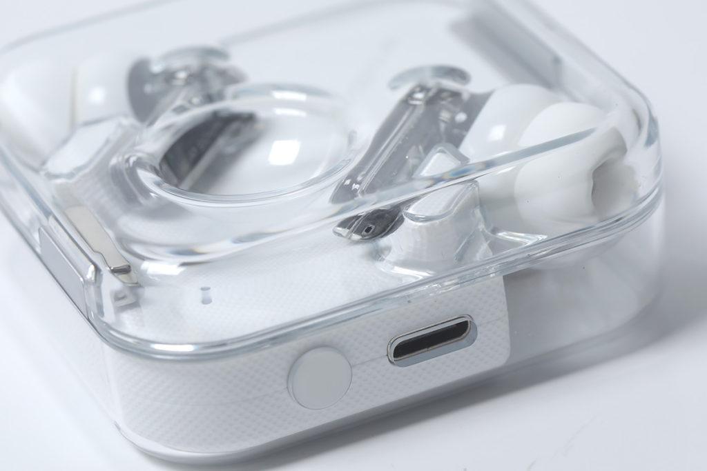 充電盒支援 USB-C 介面充電,也可使用 Qi 無線方式充電。